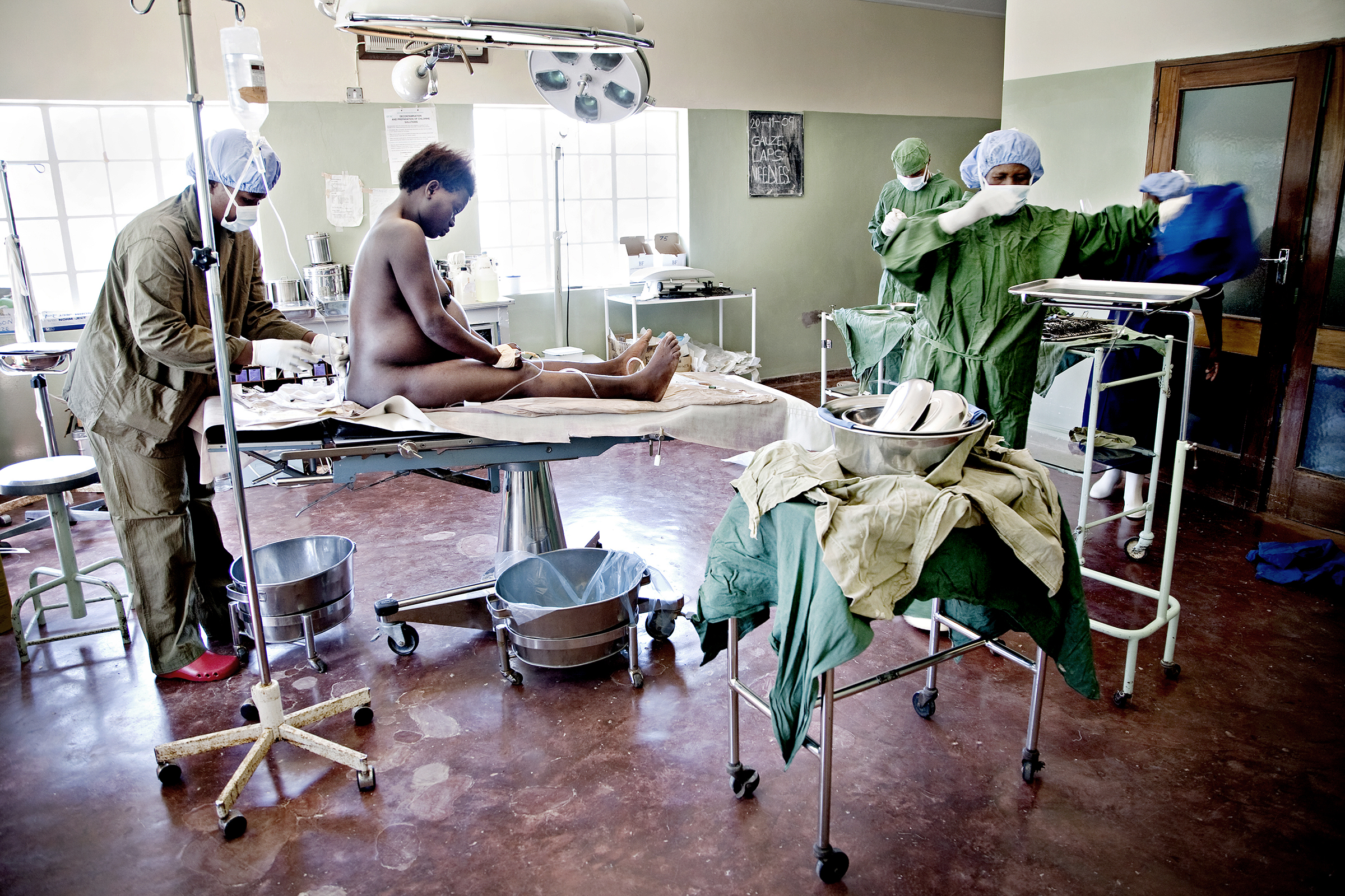 St. Joseph's Hospital, Chiradzulu, Malawi, 2010: En anestesilege setter en bedøvelsessprøyte i ryggen på Chrissy Andrew. Fødselen har stoppet opp og legene forbereder keisersnitt.