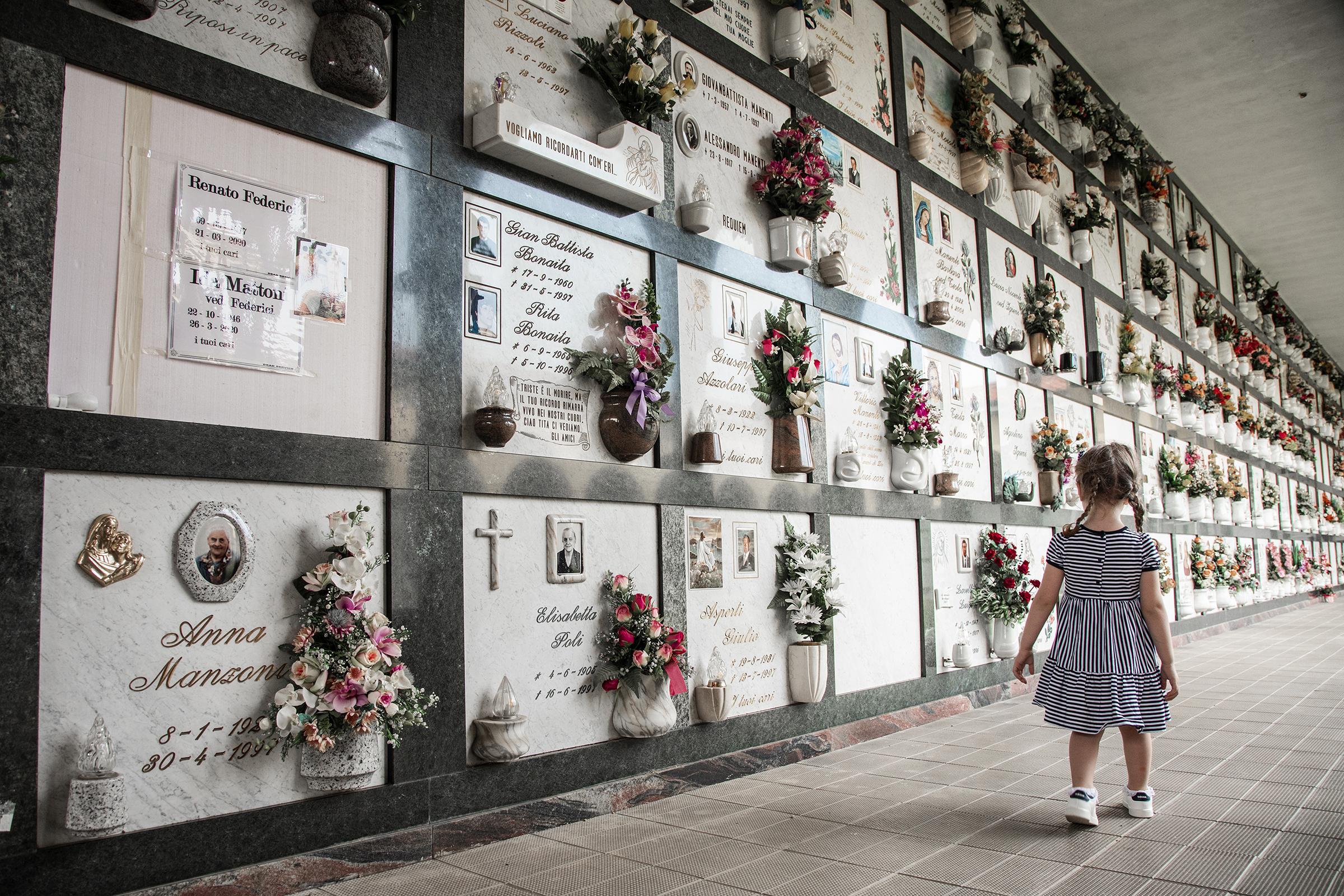 Viola (2) fra Bergamo mistet både farmor og farfar. De spreke besteforeldrene i 70-årene døde brått av koronaviruset.