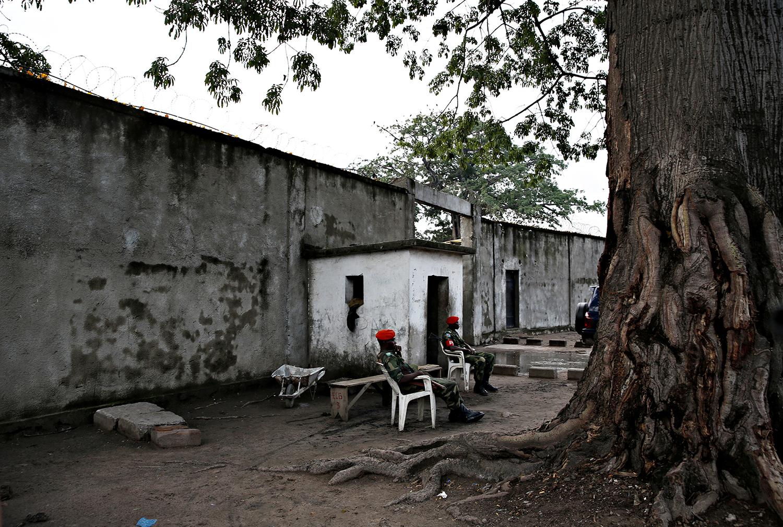 Joshua French ble tiltalt og dømt for å ha drept kameraten Tjostolv Moland, som ble funnet død på cella i august 2013. Bildet er tatt under rettssaken i Ndolo-fengeselet i Kinshasa i januar og februar 2014.