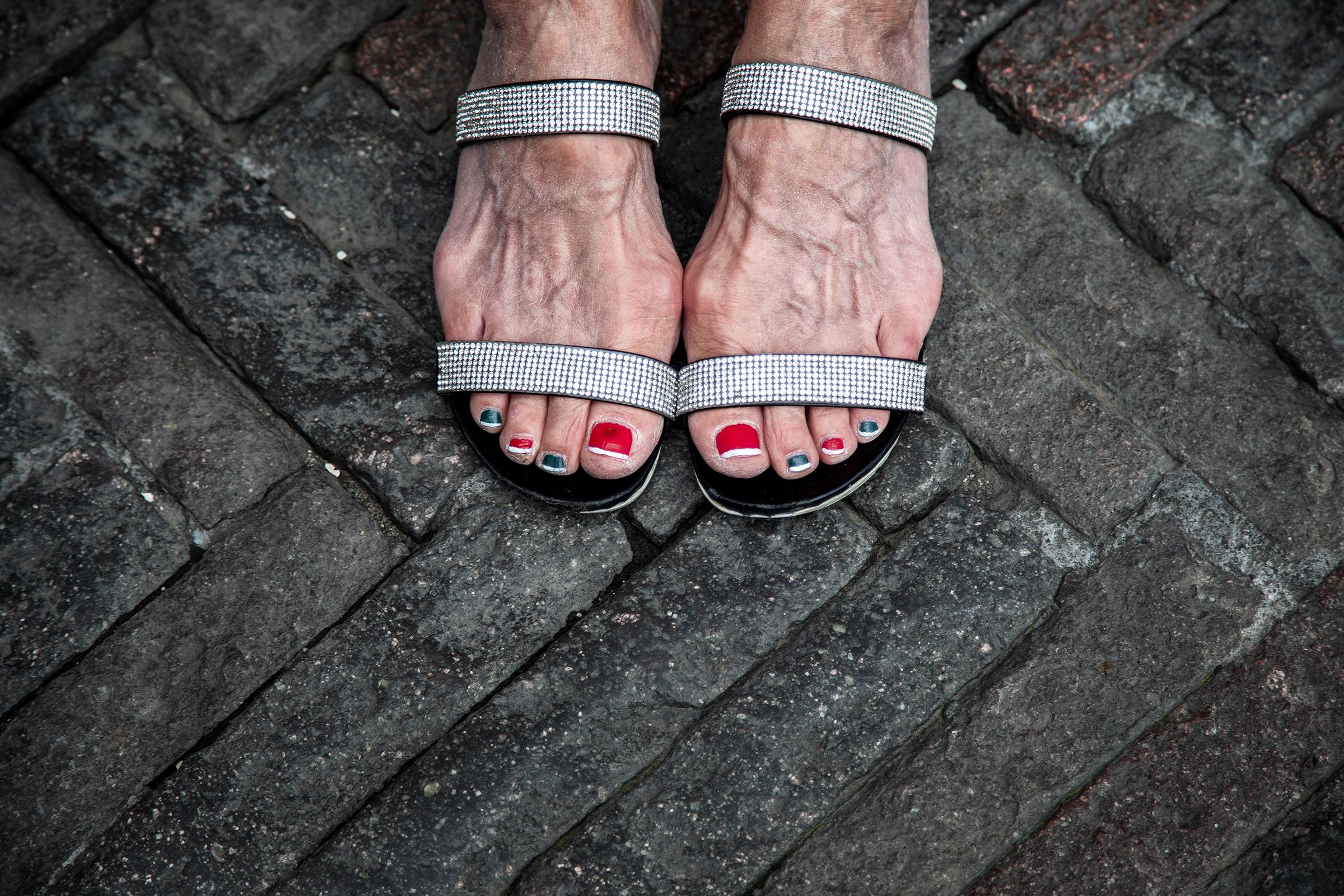 Italia var i lockdown i over to måneder, men nå har italienerne full bevegelsesfrihet igjen. En gammel dame har lakket neglene i det italienske flaggets farger og tatt turen til gamlebyen i Bergamo.