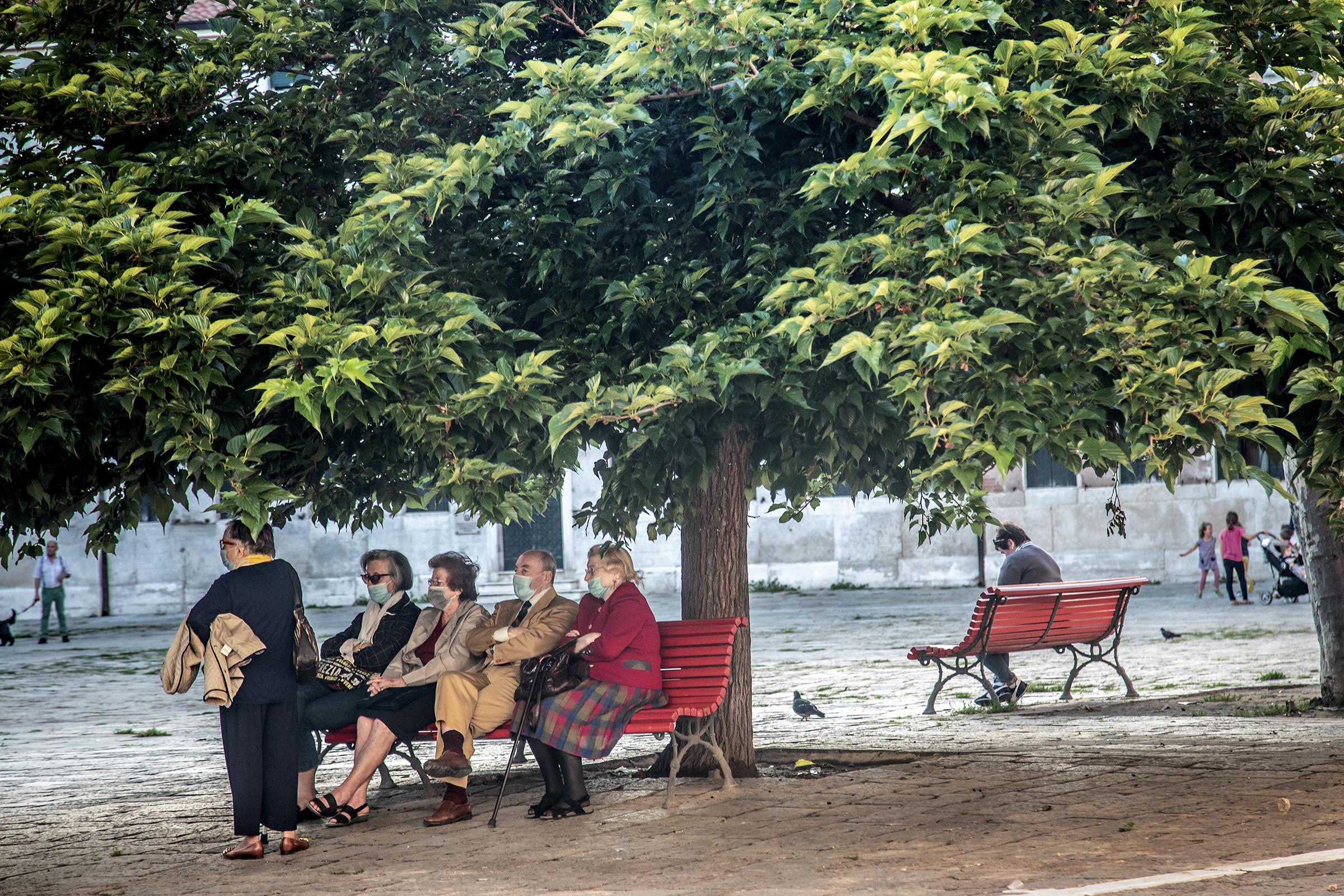 Et Venezia tomt for turister er et underlig syn i en by som på det meste kan ha opp til 300 000 besøkende på en dag. Men i den svale lufta under trekronene på torget kan i det minste de lokale endelig møte hverandre igjen.