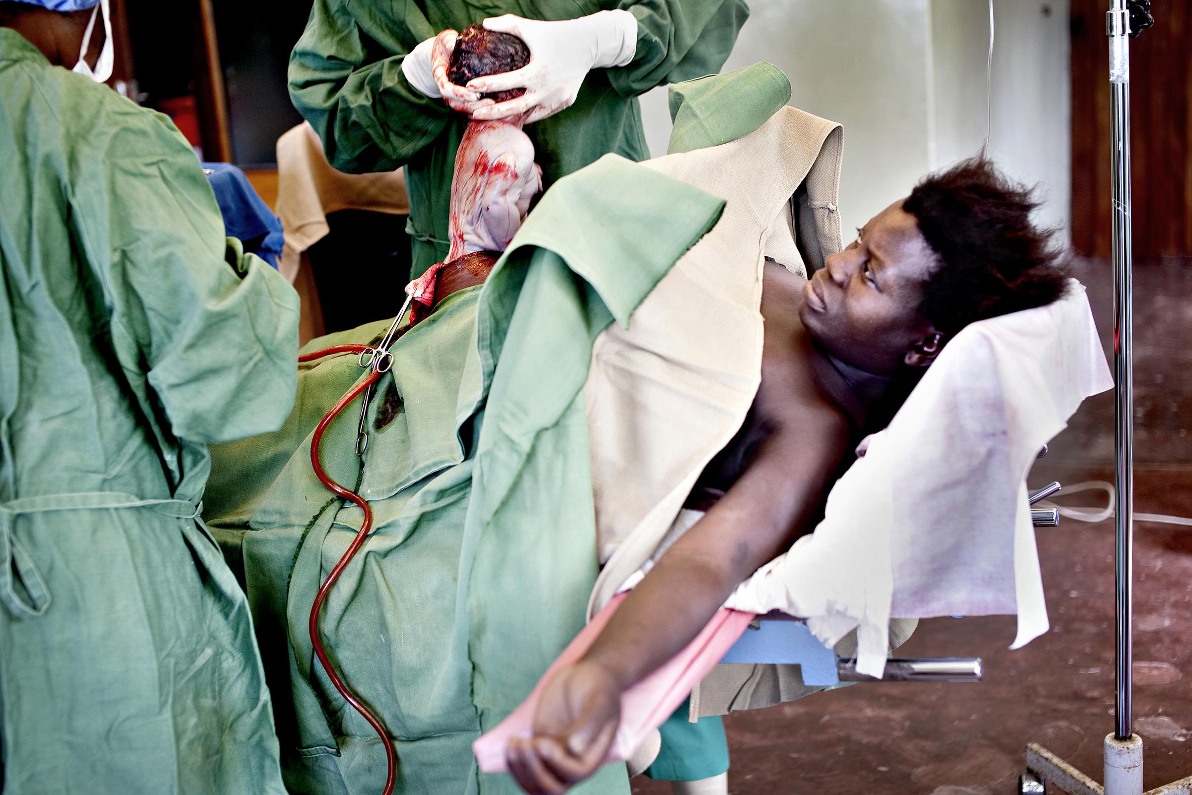 St. Joseph's Hospital, Chiradzulu, Malawi, 2010: Chrissy Andrew er heldigvis på et sykehus hvor de kan gjennomføre keisersnitt når fødselen ikke går av seg selv. Kun seks prosent av hennes malawiske medsøstre har lege til stede under fødsel. Over 99 prosent av dem som dør av svangerskapsrelaterte komplikasjoner bor i fattige land.
