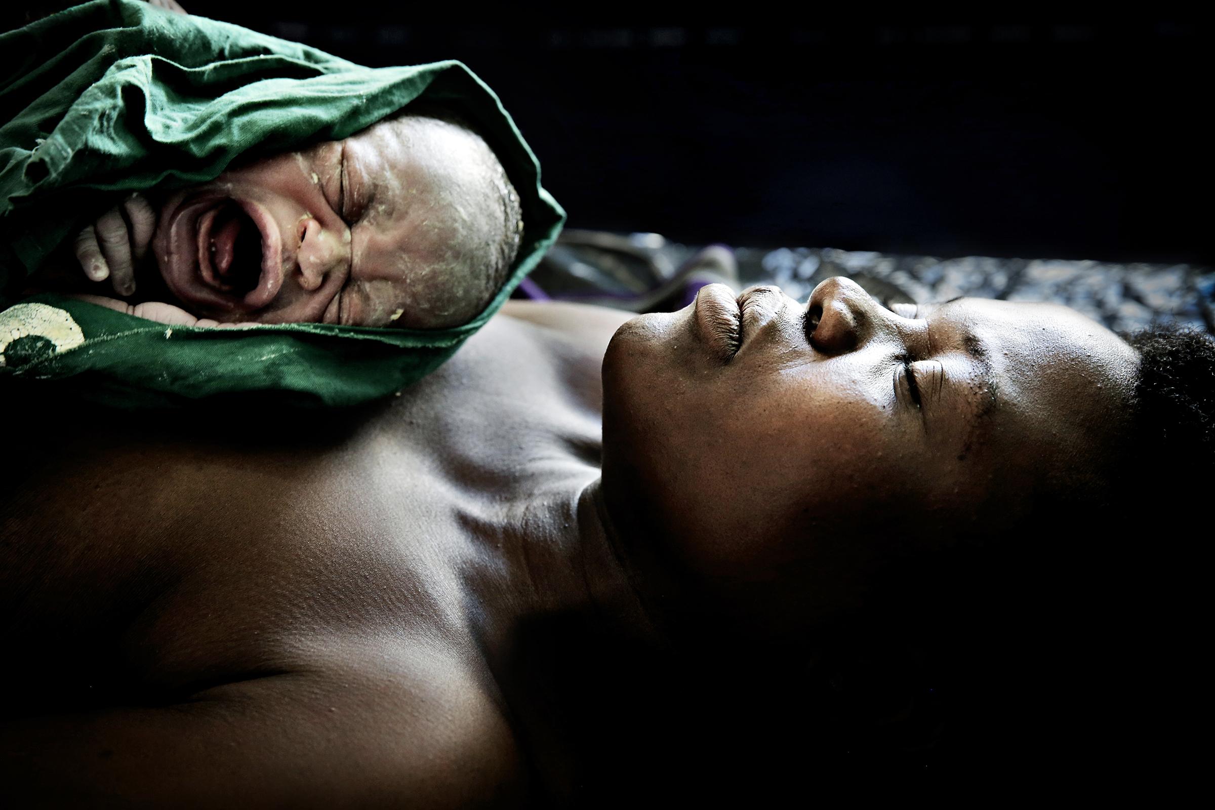 Mbela helsesenter, Malawi, 2014: Estery Gabriel har nettopp født. Alt er bra med henne og barnet etter fødselen.