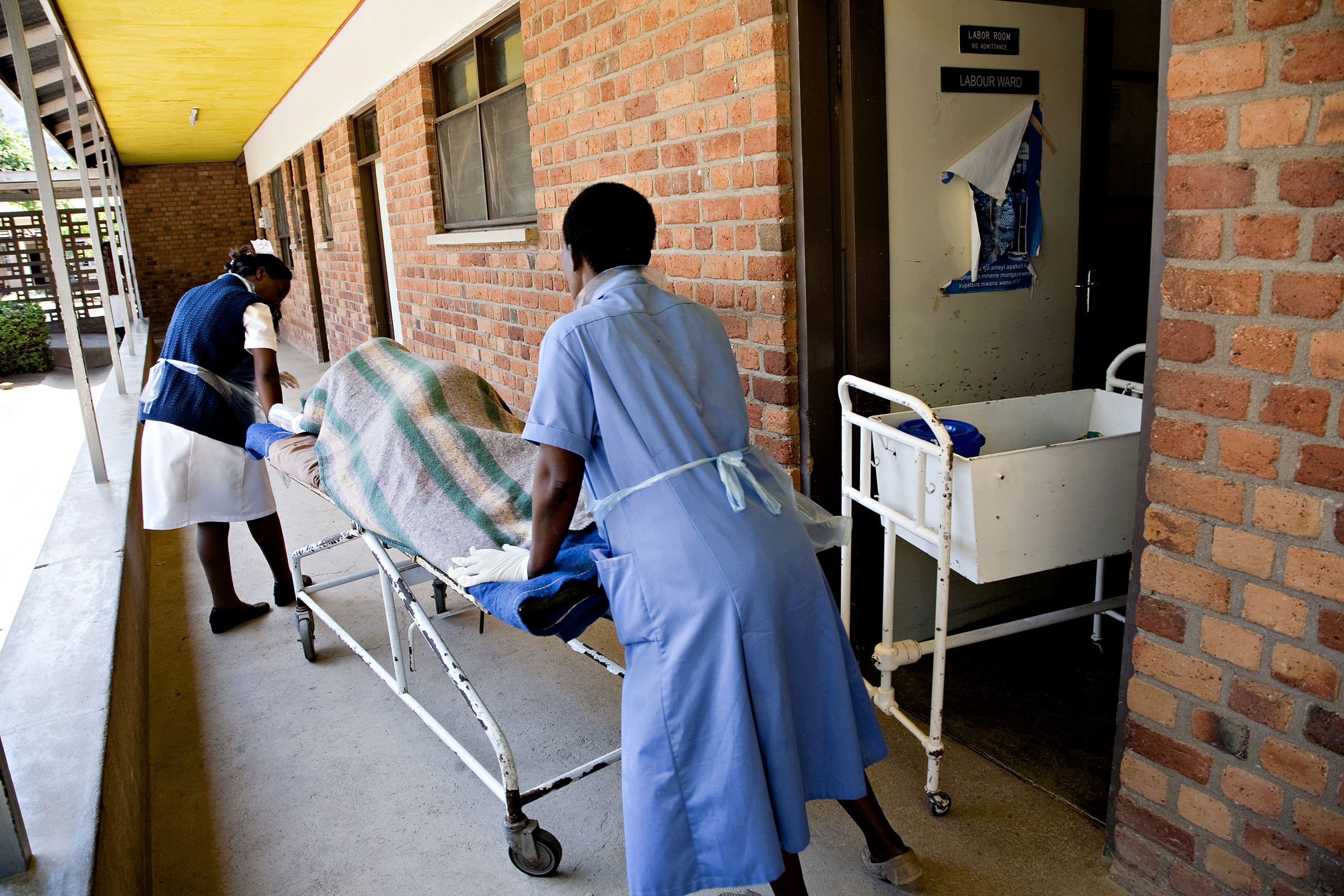 Ifølge Verdens helseorganisasjon opplever 15 prosent av alle gravide potensielt livstruende komplikasjoner. De fleste av mødredødsfallene kunne vært unngått dersom kvinnene hadde hatt tilgang til helsekontroller under svangerskapet, samt kvalifisert fødselshjelp og akutt legehjelp ved komplikasjoner.