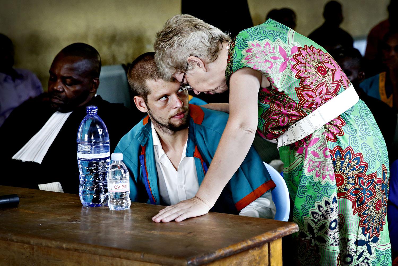 De fire første årene i kongolesisk fangenskap ba Joshua French moren Kari Hilde French om la være å besøke ham. Men etter at Tjostolv Moland døde i august 2013 og sønnen ble tiltalt for drap reiste moren omsider til Kongo.