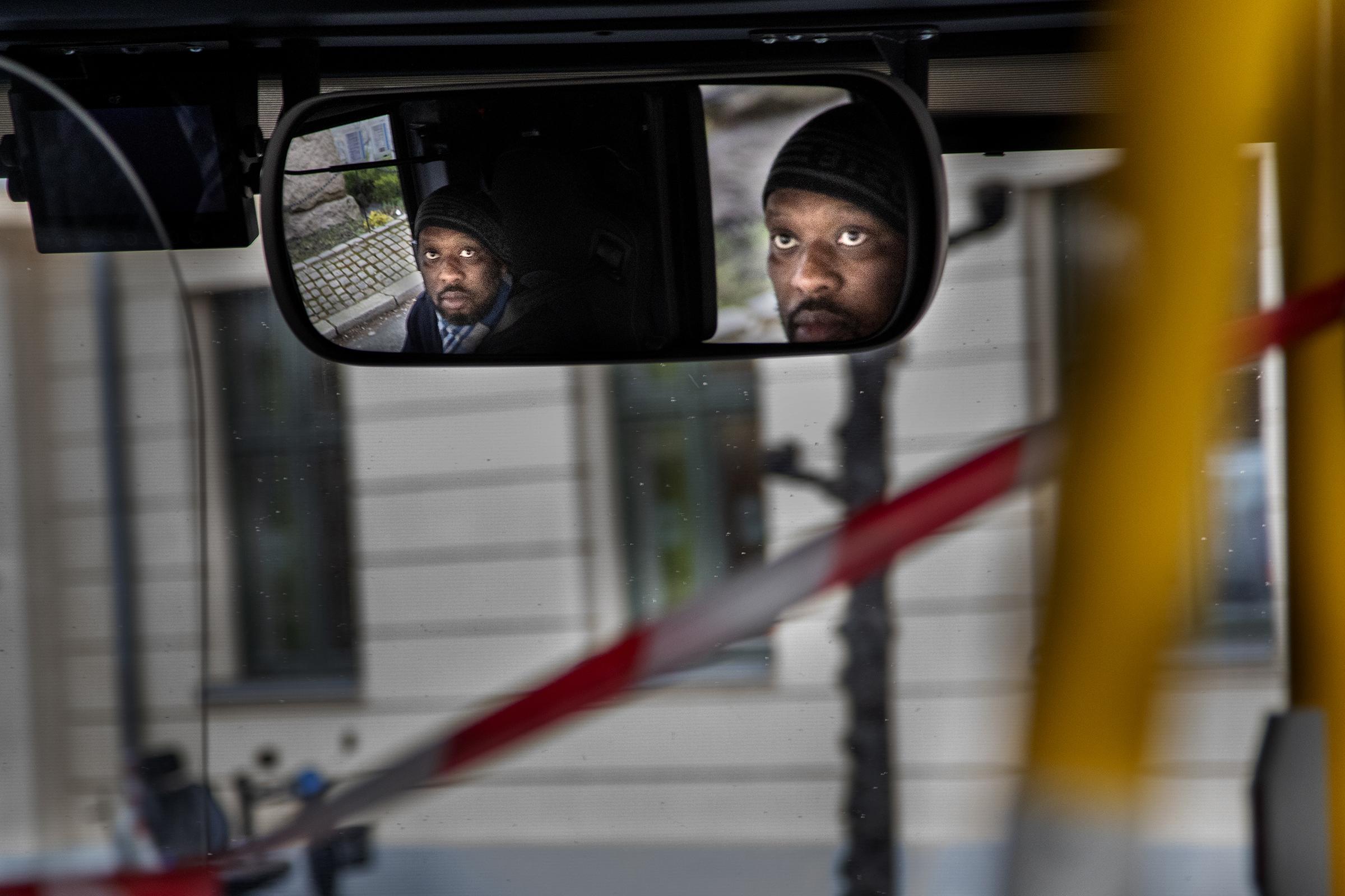 Fany Ghislan Ganga-Kinkeni kjører 37-bussen. Dette er den første morgenen etter at Norge stengte ned for å bekjempe koronaviruset, og det har kommet opp sperrebånd mellom han og passasjerene.
