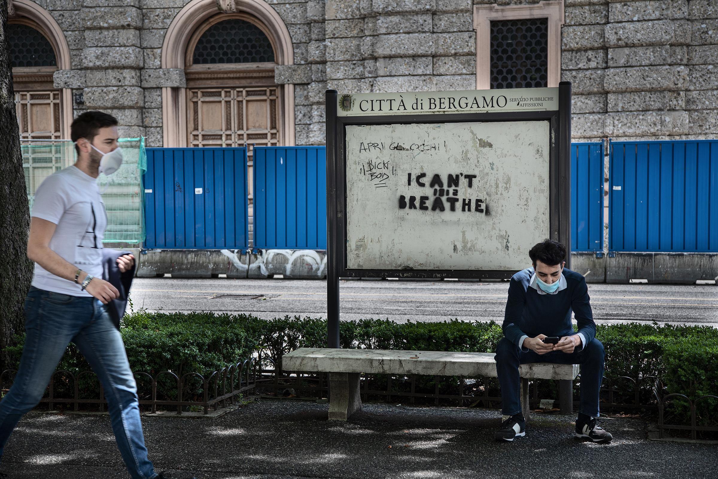 Et absurd bilde på uåret 2020 dukker opp på gaten i Bergamo: På oppslagstavla står Black lives matter-kampanjens slagord «I can´t breath» og forbi går italienere med munnbind. Rundt 75 000 mennesker puster ikke lenger etter at de døde av korona i Italia i 2020. Omtrent samtidig kvalte en hvit politimann George Floyd til døde ved å presse kneet sitt mot halsen hans i USA, og black lives matter-kampanjen skjøt fart.