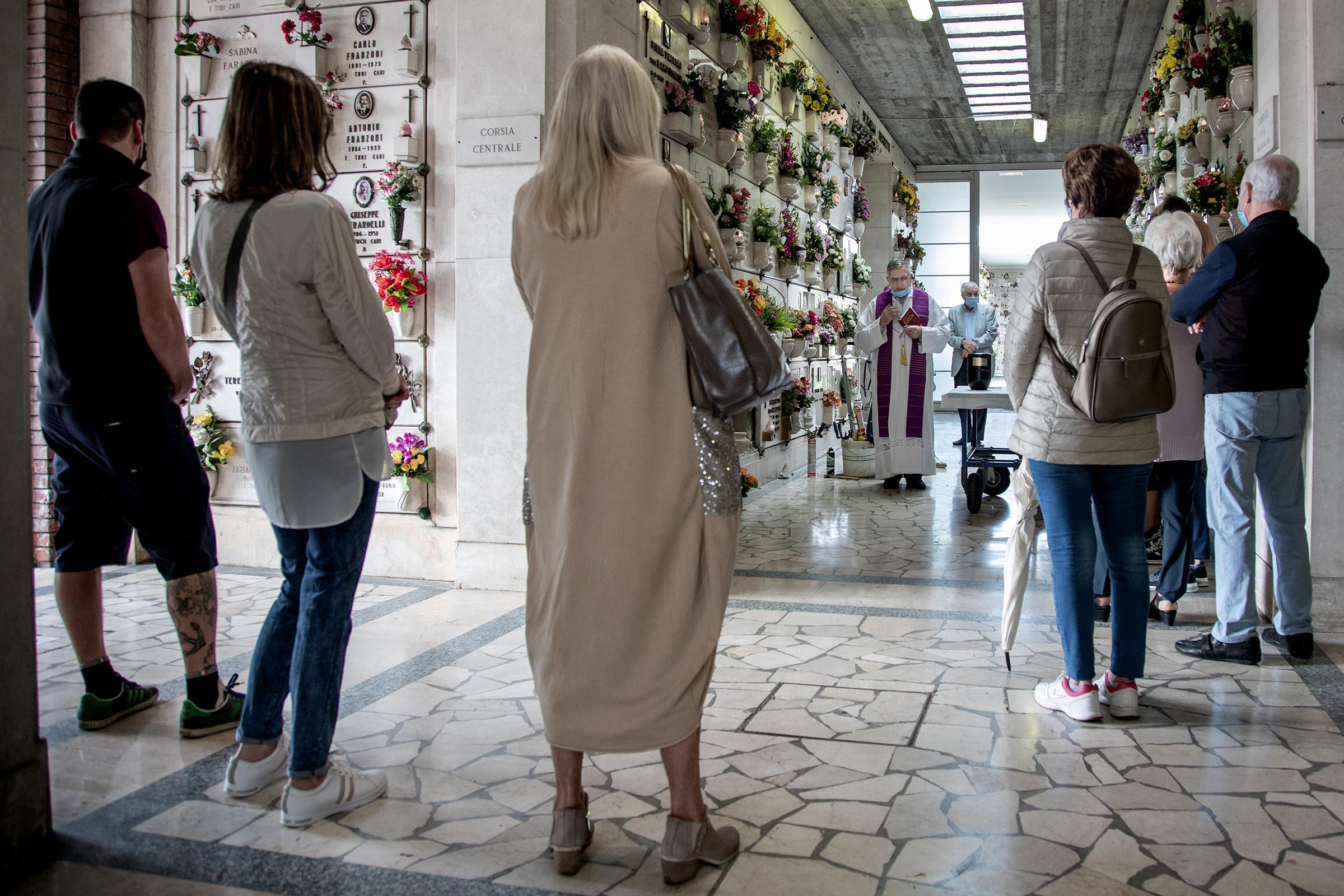 Men god avstand og munnbind har de nærmeste kommet for å ta farvel med et kjært familiemedlem. Den 83 år gamle mannen døde av covid19 for snart to måneder siden. Men det er først de siste ukene det har vært mulig å gjennomføre begravelser her i Bergamo. Det er ni begravelser på denne kirkegården i dag, en hvert 45. minutt.